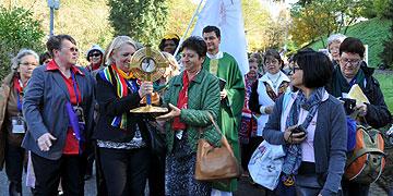 Abwechselnd tragen Frauen bei der Prozession zum Urheiligtum die Monstranz (Foto: SAL)