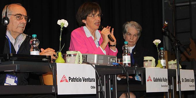 Moderator Dr. Luís Jensen, Chile, Gabriele Kuby, Deutschland, Soziologin, Sr. Dr. M. Elena Lugo, Argentinien, Philosophin, Bioethikerin (Foto: MD)