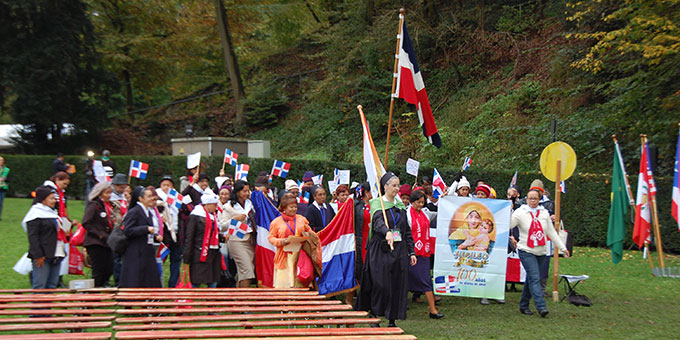 Einzug in Ländergruppen zum Urheiligtum (Foto: Brehm)