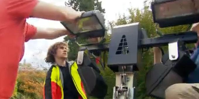 Lukas Reck beim Aufbau von Lichtsäulen (Foto: Video-Ausschnitt)