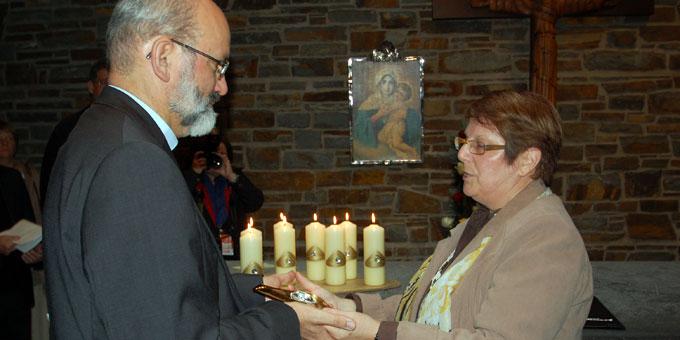 Heidi Schaum vom Leitungsteam der Schönstatt-Bewegung im Bistum Trier, übergibt das Gott-Vater-Symbol an Pater Heinrich Walter, den Vorsitzenden des Generalpräsidiums (Foto: Brehm)