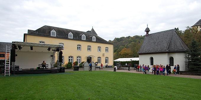 Bühnenaufbauten am Urheiligtum (Foto: Brehm)