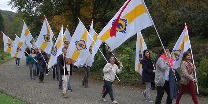 Volontäre mit den Schönstatt-Jubiläums-Fahnen für die Länder auf dem Weg zum Urheiligtum (Foto: Brehm)