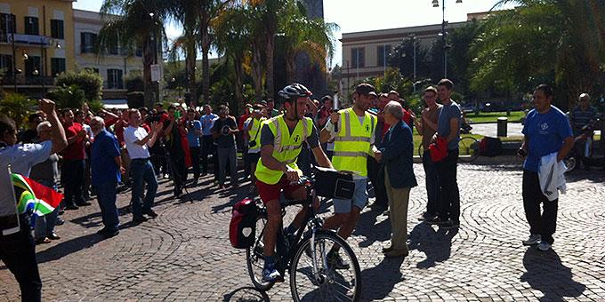 Punkt 12 Uhr in Pompeji: Start in Richtung Neapel (Foto: fackellauf2014.org)