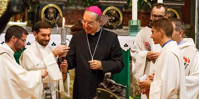 Tommaso Caputo, Erzbischof von Pompeji, übergibt die entzündete Fackel an die Fackelläufer (Foto: fackellauf2014.org)
