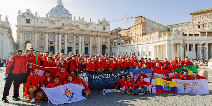 Die Ankunft der Fackel auf dem Petersplatz in Rom wurde gemeinsam von den Läufern gefeiert. Zeit für ein Gruppenfoto (Foto: fackellauf2014.org)