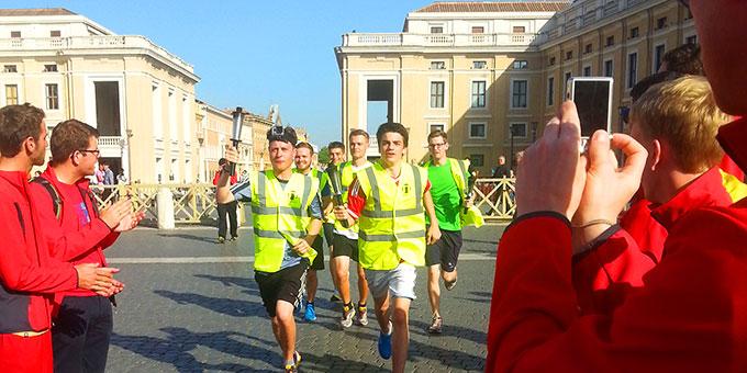 Die Läufer treffen auf dem Petersplatz ein (Foto: fackellauf2014.org)