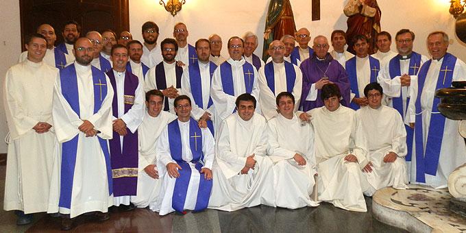 """Die Patres der """"Vater-Regio"""" gemeinsam mit dem damaligen Kardinal Bergoglio, der heute Papst Franziskus ist (Foto: ISch)"""