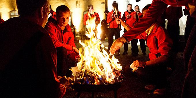 Beim Urheiligtum angekommen, verbrennen die Fackelläufer die Anliegen, die sie von vielen Menschen aus der ganzen Welt auf den Weg mitgenommen haben (Foto: Jall)
