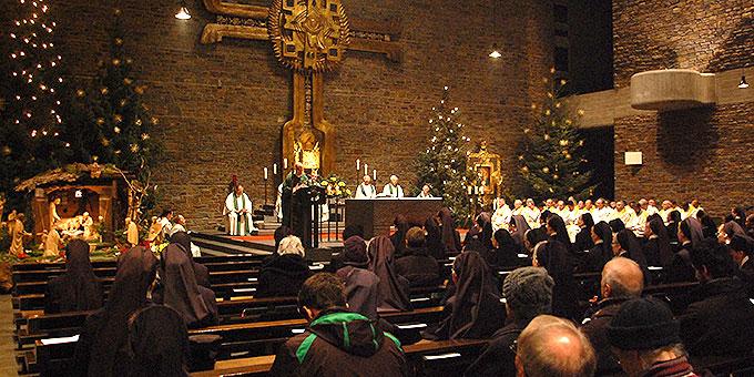 Weihnachtlich geschmückt: Anbetungskirche auf Berg Schönstatt (Foto: Brehm)
