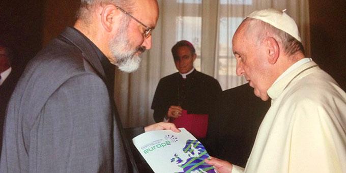 Pater Heinrich Walter übergibt Papst Franziskus die Infobroschüre von Miteinander für Europa (Foto: privat)
