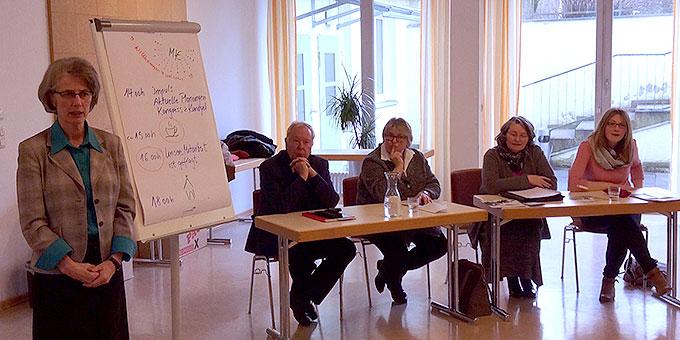 Schwester M. Vernita Weiss begrüßt die Teilnehmer des Vorbereitungstreffens für die Miteinander für Europa Veranstaltungen im Juli in München (Foto: Zabala)