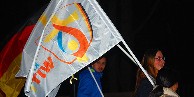 Mit den Weltjugendtagsfahnen unterwegs zum Urheiligtum (Foto: Brehm)