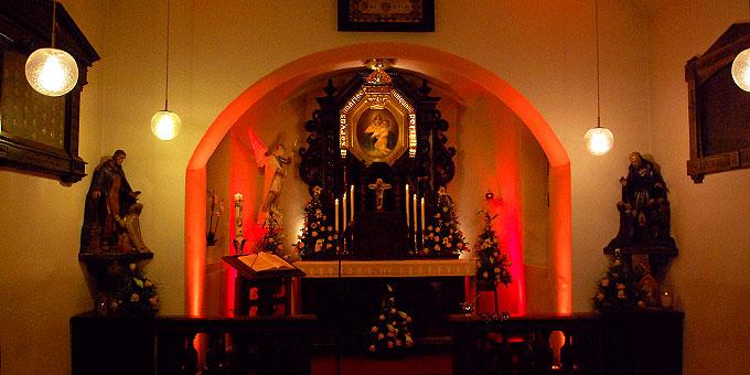Das Urheiligtum war innen von der Schönstatt-Mannesjugend mit farbigem Licht ausgeleuchtet (Foto: Brehm)