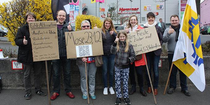 Mitglieder der Schönstattjugend demonstrierten für den Werktagseinkauf (Foto: Hartmann)