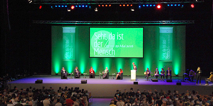 """Podium: """"In welcher Gesellschaft wollen wir leben – Visionen eines realistischen Miteinanders"""" in der Arena Leipzig (Foto: Brehm)"""