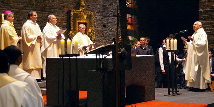 Provinzial Pater Theo Breitinger begrüßt den Mainzer Weihbischof und alle Mitfeiernden (Foto: Neiser)
