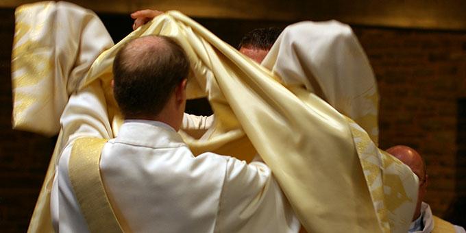 Übergabe der Querstola und des liturgischen Gewandes (Foto: Neiser)