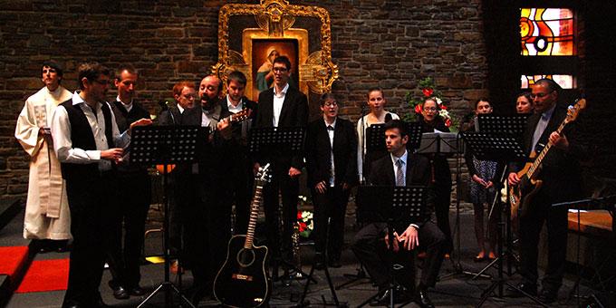 Chor und Musikgruppe gestalten den Gottesdienst feierlich (Foto: Brehm)