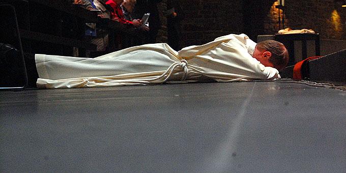 Während der Allerheiligenlitanei liegt der Weihekandidat ausgestreckt vor dem Altar (Foto: Brehm)