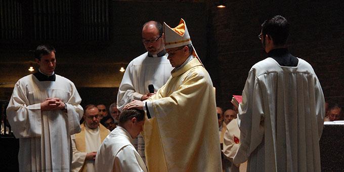 Weihbischof Dr. Udo Markus Bentz, Mainz, weiht Ji?í Landa, Mitglied in der Gemeinschaft der Schönstatt-Patres, durch Handauflegung zum Diakon (Foto: Brehm)