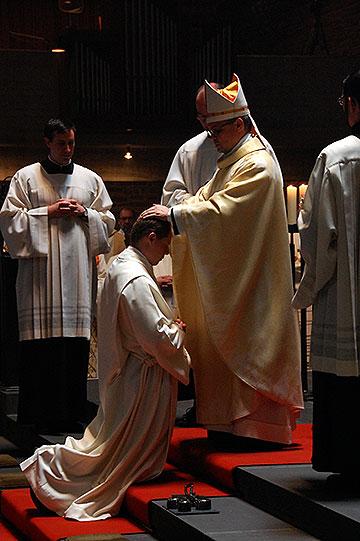Die Weihe erfolgt durch Handauflegung durch den Bischof (Foto: Brehm)