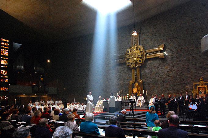 Wie zur Bestätigung des Himmels beleuchtete die Sonne während der Weihehandlung den Altarraum (Foto: Brehm)