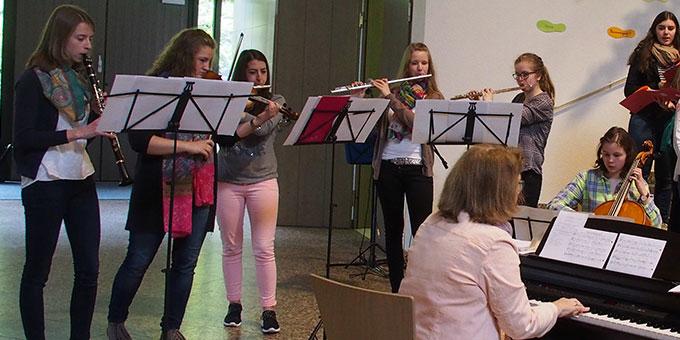 ... Instrumentalensemble gestalten den Gottesdienst musikalisch mit (Foto: Stienemeier)