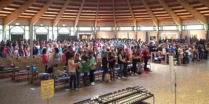 Schulgottesdienst im Marienmonat Mai (Foto: Stienemeier)