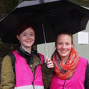Zwei Schülerinnen aus dem Vorbereitungsteam (Foto: Stienemeier)