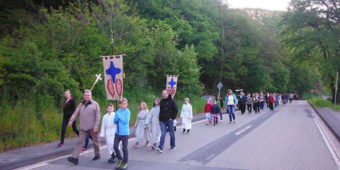 Eine Fußwallfahrt mit langer Tradition im Tal Schönstatt (Foto: Herter)