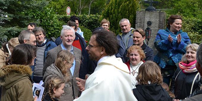 Polnische und französische Pilger am Englingstein beim Urheiligtum (Foto: J. Kosmowski)