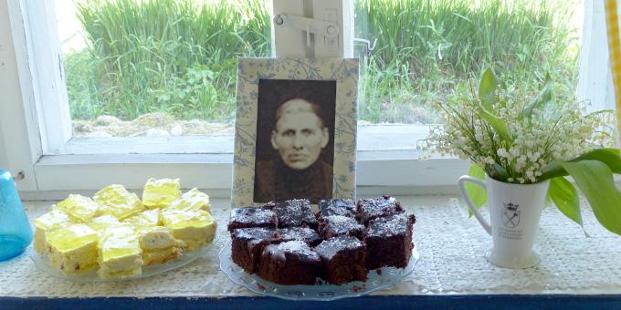 Die Mutter Engling erwartet die Gäste mit Kuchen (Foto: A. Busch)