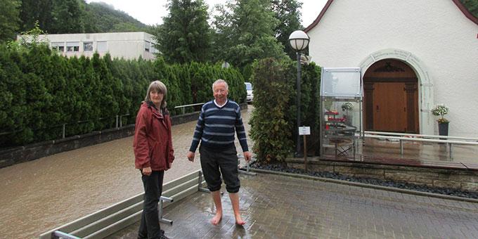 Sakristanin Bernadette Weweler und Mons. Dr. Peter Wolf sind froh, dass das Wasser zurück geht (Foto: Weweler)