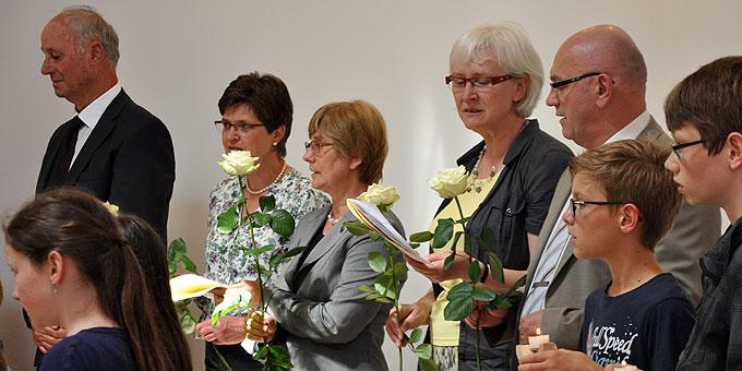 Vertreter der Schönstatt-Gemeinschaften geleiten und ehren die Gottesmutter mit weißen Rosen (Foto: Baumann)