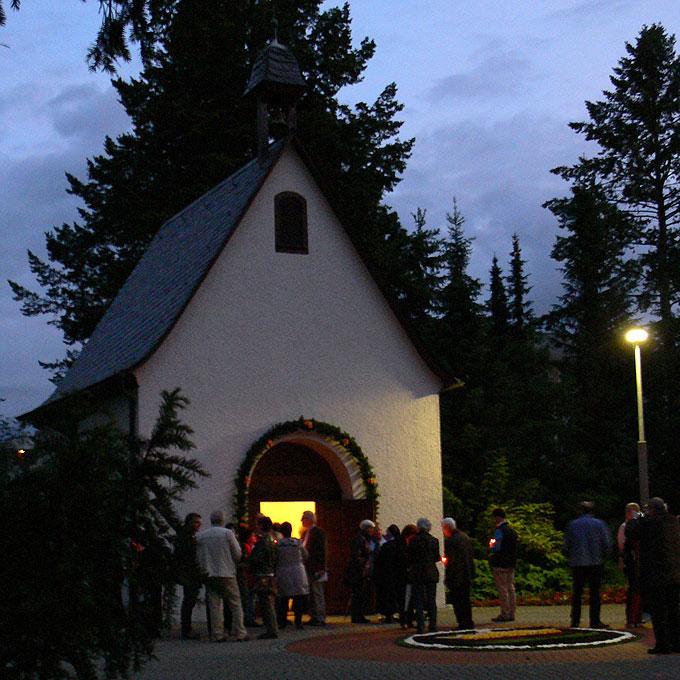 Lange noch ist es lebendig beim Heiligtum, Freude und Dankbarkeit erfüllt die Gespräche (Foto: Gehrlein)