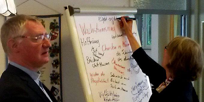 """Pater Ludwig Güthlein und Schwester Vernita Weiss sammeln Eindrücke vom Treffen """"Miteinander für Europa"""" (Foto: Troxler)"""