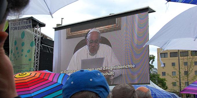 Videobotschaft von Papst Franziskus bei der Kundgebung von Miteinander für Europa in München (Foto: Brehm)