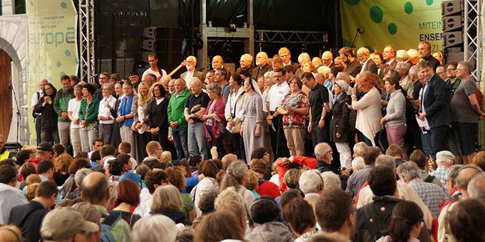 """Die Vertreter der Kirchen, das internationale Leitungskomitee und Verantwortliche aller anwesenden Gemeinschaften sind auf der Bühne versammelt, als die Botschaft von """"Miteinander für Europa"""" 2016 öffentlich proklamiert wurde  (Foto: Grill)"""