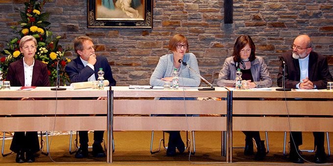 Podium (v.l.n.r.): Ulrike Eichenberg, Pfr. Kurt Faulhaber, Monika Arndt, Michaela Koch, P. Heinrich Walter(Foto: Brehm)