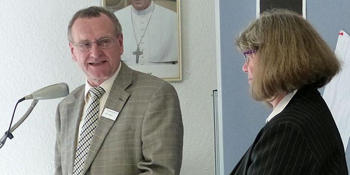 Martin Jackel, Vorsitzender des Trägervereins von Kapelle und Haus, stellt die neue Hausleiterin Heidi Stepanek vor  (Foto: Albert Busch)
