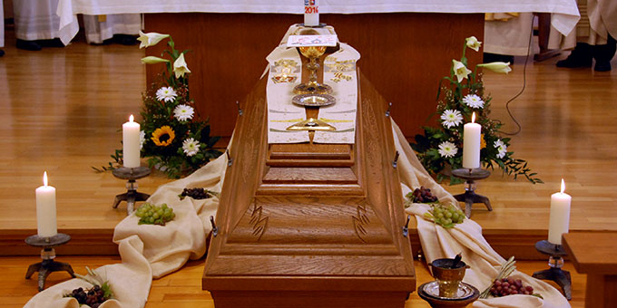 Stola, Kelch und Patene, ein Gott-Vater-Symbol sowie Trauben und Ähren schmückten des aufgebahrten Sarg (Foto: Brehm)
