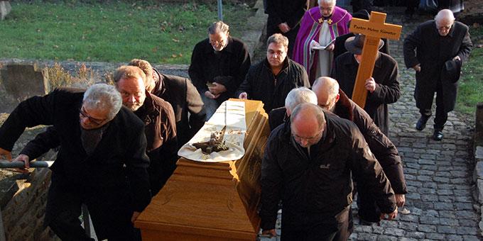 Mitbrüder tragen des Verstorbenen auf dem letzten Weg zu seiner Grabstelle auf dem Vallendarer Friedhof (Foto: Fellhofer)