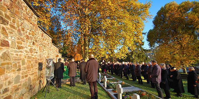 An einem sonnigen Herbstnachmittag findet Pastor Heinz Künster unter bunten Buchen seinen letzten Ruheplatz (Foto: Brehm)