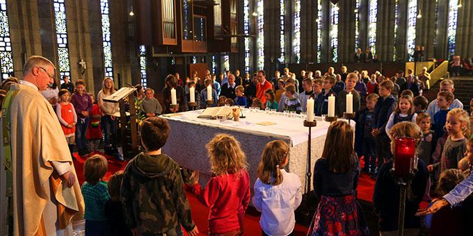 Ein tolles Erlebnis nicht nur für Pater Güthlein: Junge Kirche füllt den Altarraum (Foto: Fischer)