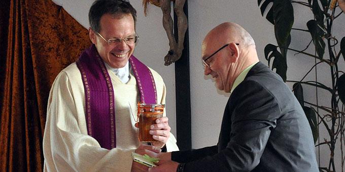 Franz Bradler bedankt sich bei Pfr. Jörg Simon im Namen aller Männer (Foto: Männerliga)