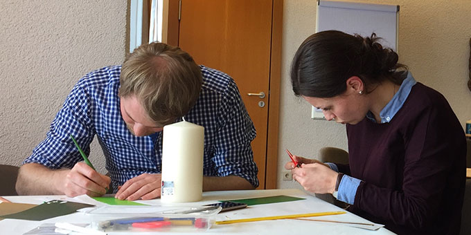 Die Paare konnten ihre Hochzeitskerze miteinander gestalten (Foto: Pille)