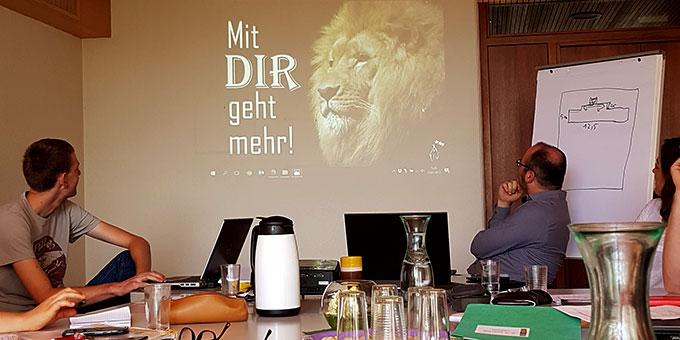 """""""Mit DIR geht mehr"""" heißt es beim letzten Kernteam-Treffen der Nacht des Heiligtums 2017 (Foto: Roth)"""
