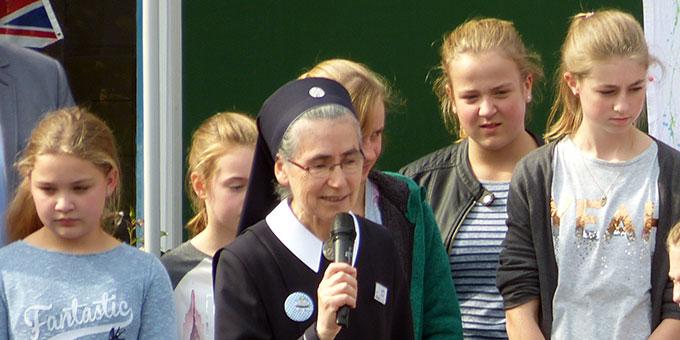 Realschulleiterin Sr. M. Elvira Jutz grüßt Schülerinnen, Kollegium und die Gäste (Foto: Schmitz)