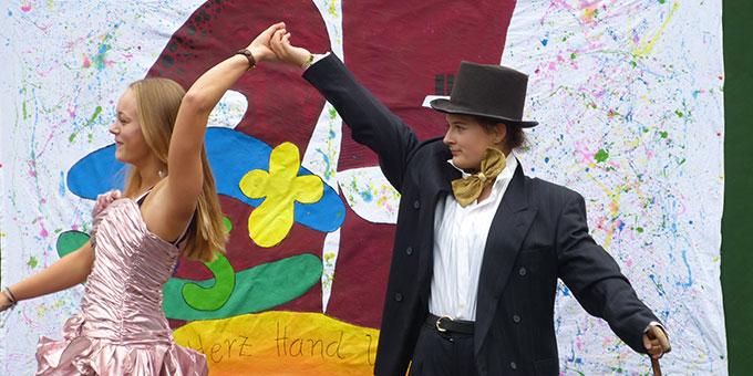 Kostümvorführung mit anschließendem Verkauf (Foto: Schmitz)